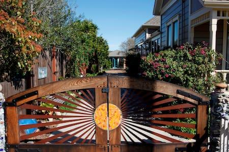 Cozy, artistic, garden studio. - Ház