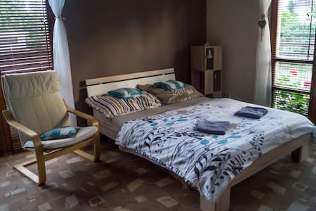 Clean & cozy room in villa house, 20min to center - Haus