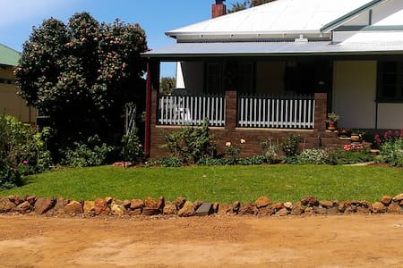Central 2 bedroom country cottage - House