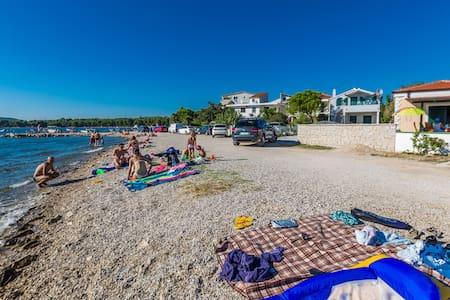 Gorgeous seafront Apt. ¨TINA¨ on the beach - Pirovac - Apartamento