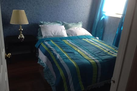 Bedroom in quiet home - Mississauga
