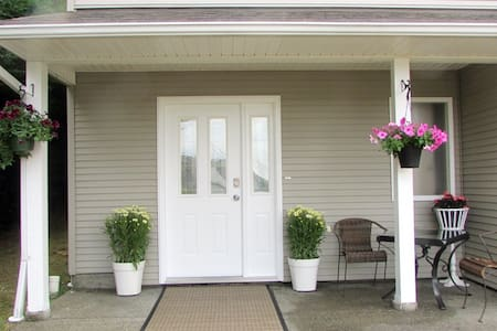 Cindy's Getaway - Just 2 Minutes From Highway 19A - Parksville - Apartment