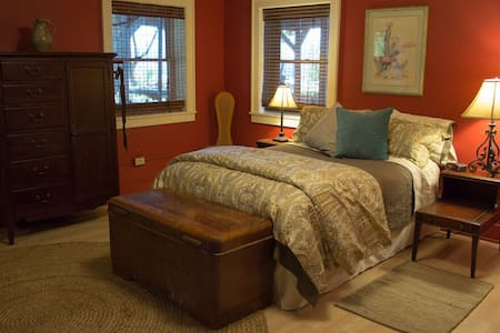 Lovely room on active winery farm - Hector - House