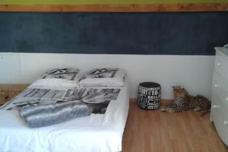 2 chambres dans villa récente et lumineuse - Huis
