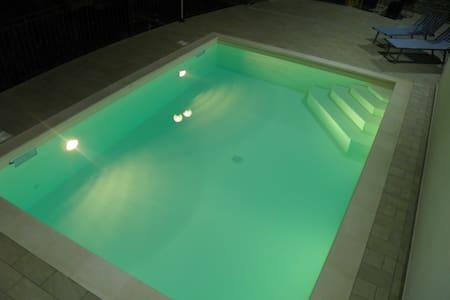 Splendida villetta in mezzo al verde, con piscina - Borgomaro