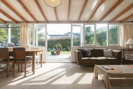 Comfy room in sunny garden bungalow - Casa