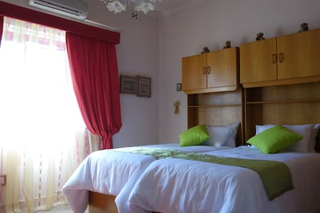 Large ensuite Twin Room in a Villa - St. Julian's
