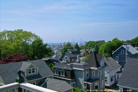 Downtown roofdeck 1 bed apt & park - Newport - Appartamento