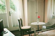 Traumlage: Gartenzimmer in Villa