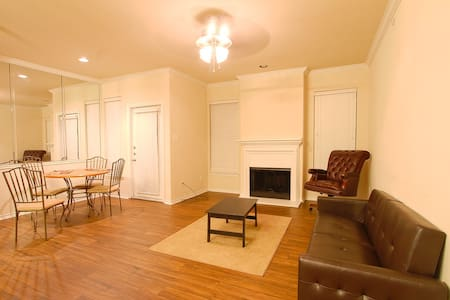 Quaint and convenient w/ a pool and airport access - Apartment