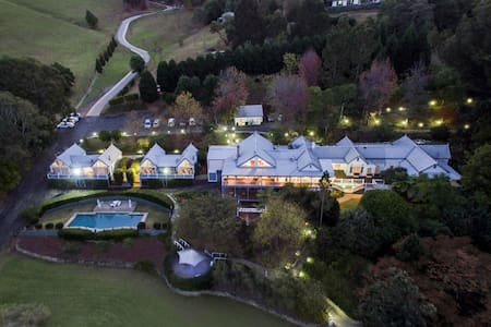 Spend Christmas at Gateway to The Blue Mountains - Bed & Breakfast