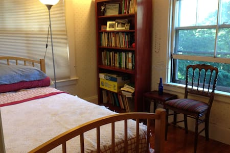 Welcoming,cozy,affordable room in pretty Victorian - Newton - House