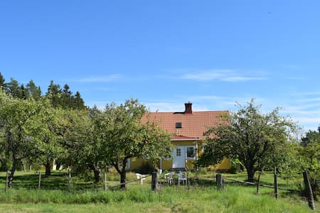 House surrounded by peaceful fruit garden - Persmåla - House