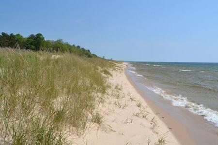 Lake Michigan Waterfront Cottage. - Shelby - Hus