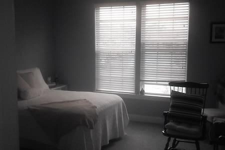 very pristine, spacious one bedroom - Holly Springs