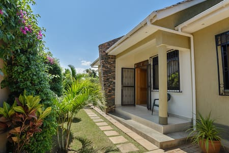 Charming 2BD semi-detached houses - Kampala - Huis