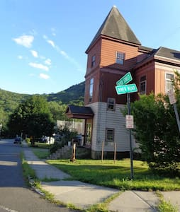 Dryway Inn at Monroe Bridge- Deerfield Room - Bed & Breakfast
