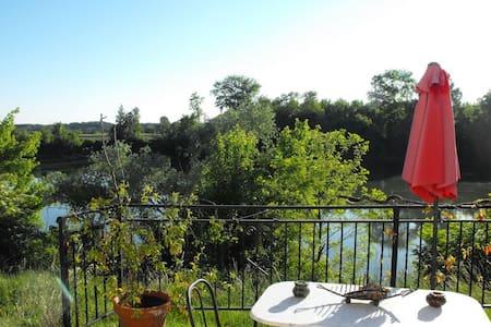 Chambre dans maison bord de Garonne à la campagne - Bed & Breakfast