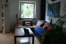 Zentral mit Bettcouch und Balkon