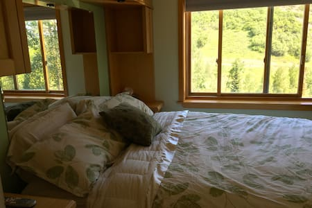 1 Bdrm Mountainside Condo - Condominium