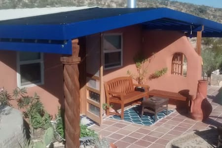Blue House, an Off-Grid Sanctuary - Terlingua - Maison
