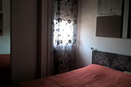 CHAMBRE MEUBLEE 12m² + PKG - Talence - Bed & Breakfast
