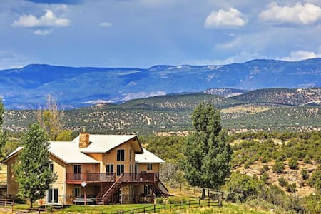 4BR Redvale House w/Scenic Mountain Views! - Redvale