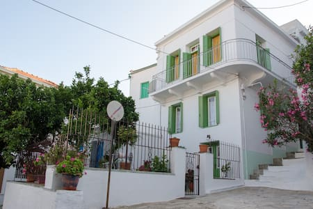 Thelgitro a Traditional House in Skopelos Town - Hus