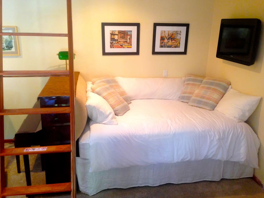 "Cozy re-designed Studio now roomier with ""bungalow"" queen bed also serves as a comfy couch for watching DirecTV/DVD/DVR."
