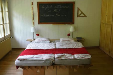 B&B altes Schulhaus Mannried (Zweisimmen) - Bed & Breakfast