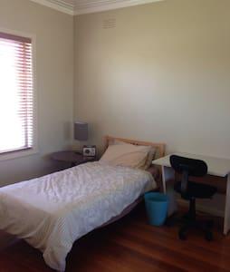 1 BR with own bathroom - Altona North - Rumah