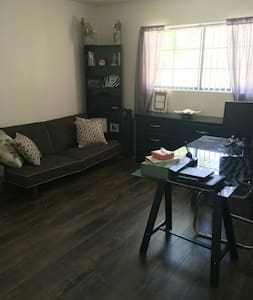 Quiet and Cozy Toluca Lake 1 Bedroom/Private Bath - Apartment