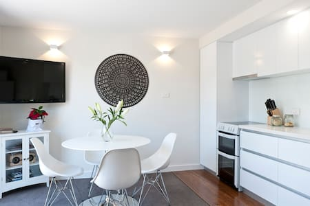 1 BR Apartment Battery Point. - Daire