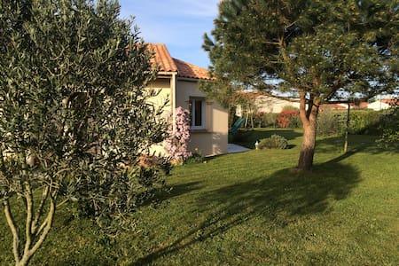 jolie maison plain pied avec jardin - House