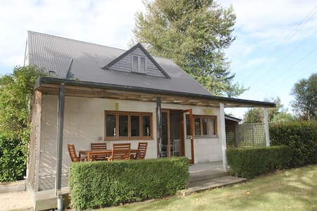 The Annexe - luxurious cottage, tennis & hot tub - House