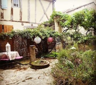 Maison de charme 2- cité médiévale - Dům