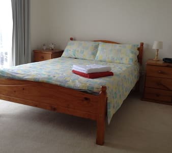 Quiet double room close to beach and cafes - House