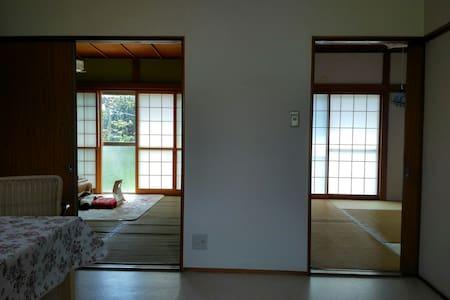 八位房客可以同时入住的日式住宅,免费停车,就近有大型超市,购物方便。 - Abiko - House