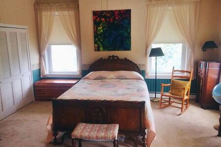 Private room and bath in 1810 Colonial home. - Saint Clairsville - Haus
