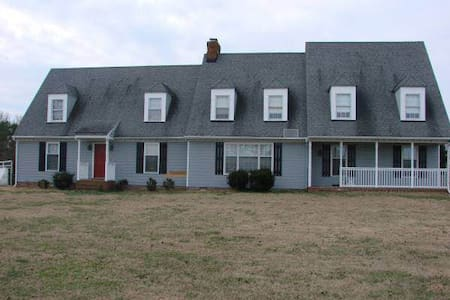 Large home in a private neighborhood Sleeps 14 - Mechanicsville - Hus