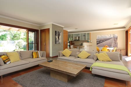 Charming family home- steps to the beach - Hus