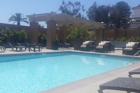 Dog friendly place w/pool. Near LA