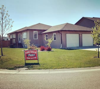 Room for rent in new house!! - Winkler - House