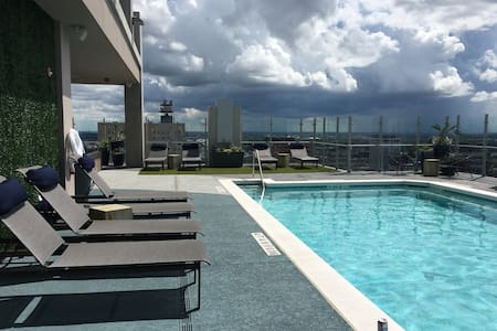 Lux Highrise, rooftop pool! New! - Appartement