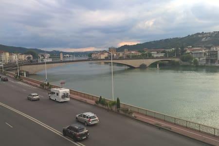 Chambre avec balcon, vue magnifique sur le Rhône - Byt