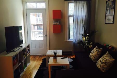 Chambre rénovée au pied du métro - Montréal - Apartment
