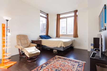 Large room w/ Queen Bed in 3BR - Apartment