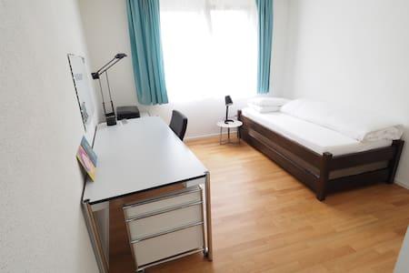 Gästezimmer mit eigener Dusche (12 min. von UNISG) - Wohnung