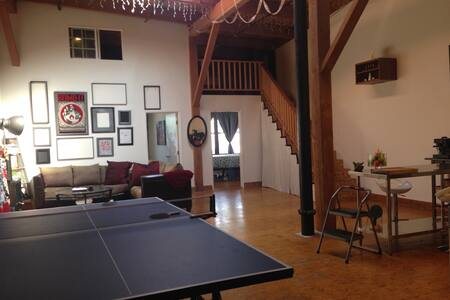 We welcome you to a private room in our open & spacious loft apartment w/ exposed brick and epic ceilings. It's a great space located in the trendy Arts District-- just two blocks from the Metro. Open kitchen, HD TV and a ping pong table.