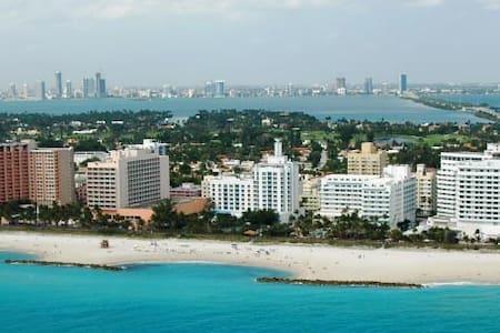 LIVE ON THE BEACH. WALK EVERYWHERE - Miami Beach - Condominium